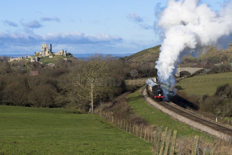 在Swanage铁路的蒸汽火车在Corfe城堡,多西特附近 eng. 免版税库存照片