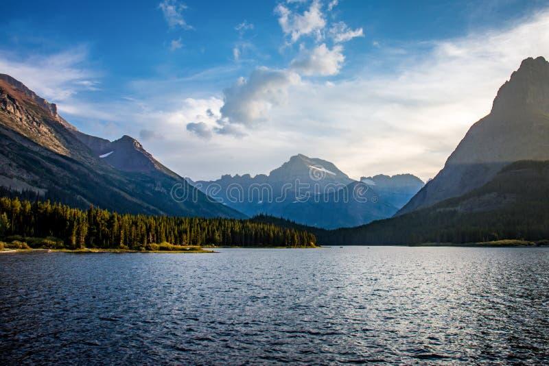 在Swiftcurrent湖的黄昏日落许多的冰川国家公园蒙大拿冰川地区  免版税库存图片