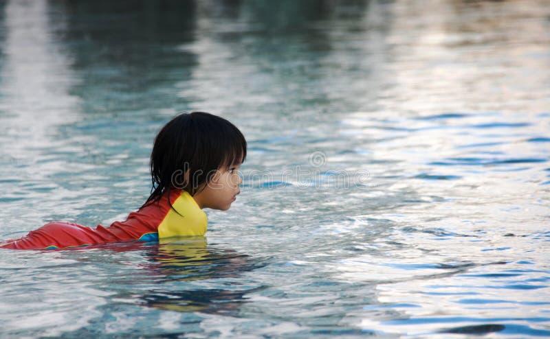 在swimimg水池的儿童游戏onwater 库存图片