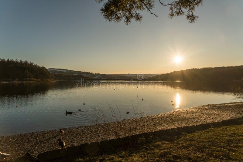在Swinsty水库的日落在哈罗盖特附近在北约克郡 免版税库存照片