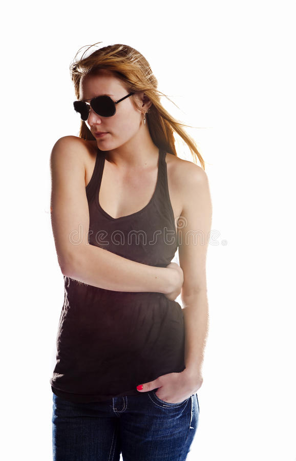 在T恤杉和太阳镜的白色隔绝的白肤金发的妇女 图库摄影