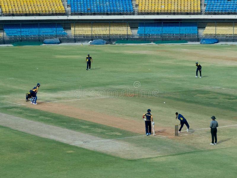 在T-20比赛的Yuvraj Singh打击在Holkar蟋蟀体育场印多尔 免版税库存图片