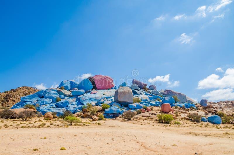 在Tafraoute附近的著名五颜六色的被绘的岩石在摩洛哥,北非的反阿特拉斯山脉 库存照片