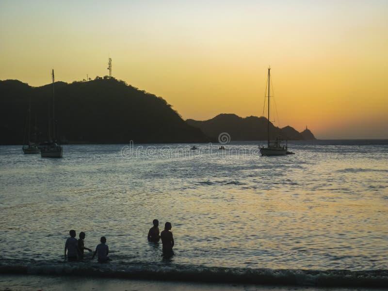 在Taganga加勒比海滩的日落在哥伦比亚 免版税库存图片