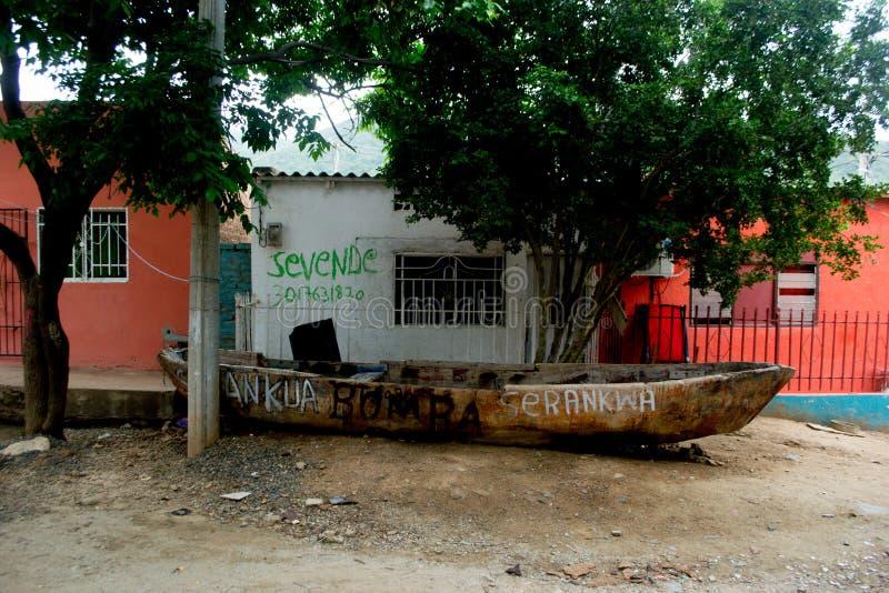 在Taganga街道的小船  免版税图库摄影