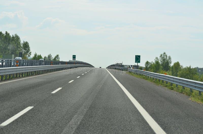 在Tagliamento桥梁,机动车路A23的看法 免版税图库摄影
