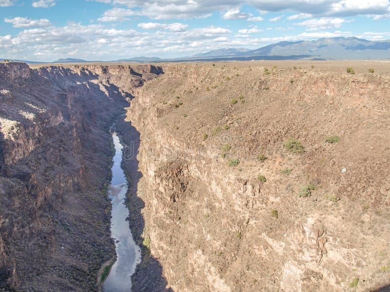 在Taos,新墨西哥附近的里奥格兰德峡谷 免版税图库摄影