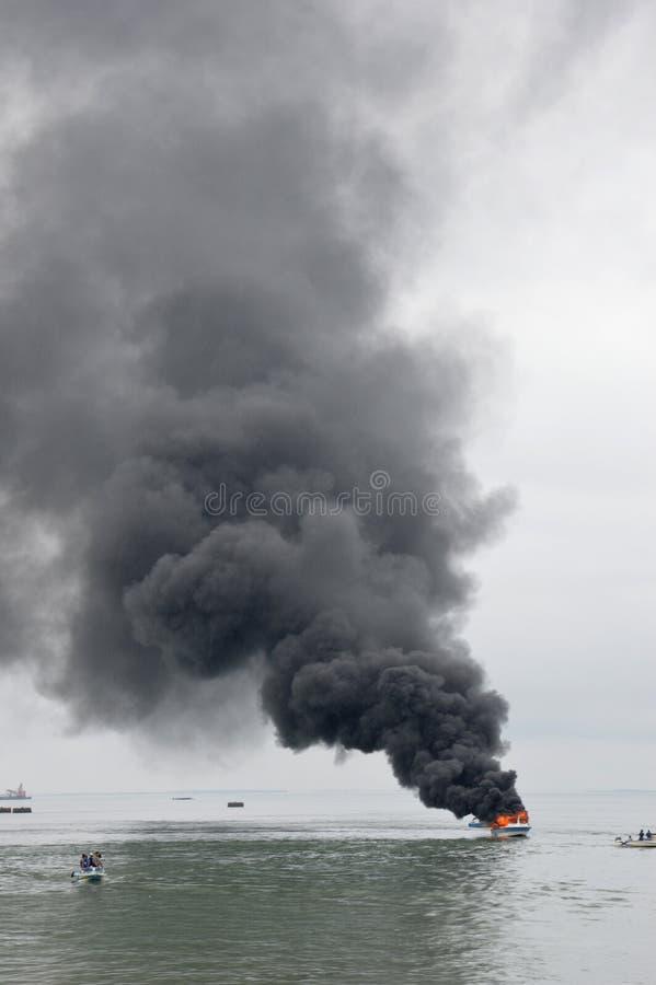 在Tarakan,印度尼西亚加速在火的小船 免版税库存照片
