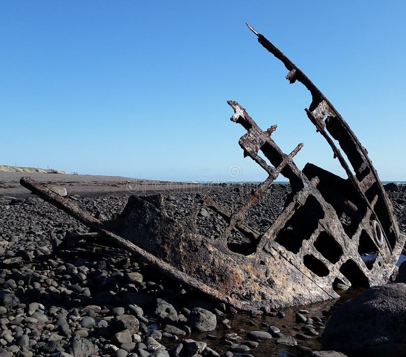 在Taranaki海岸的Oakura海难 免版税库存照片