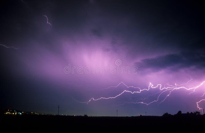在Targu穆列什县的水平的雷电在特兰西瓦尼亚,罗马尼亚 库存图片
