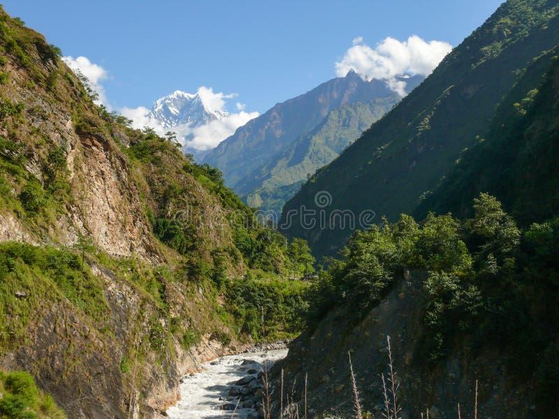 在Tatopani,尼泊尔附近的Nilgiri和卡利市Gandaki河 免版税库存图片