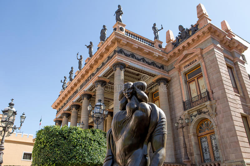 在teatro华雷斯前面的雕象在瓜纳华托州市,墨西哥 图库摄影