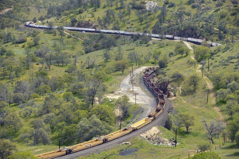 在Tehachapi加利福尼亚附近的Tehachapi火车圈是货车南太平洋铁路的历史的地点 免版税库存图片