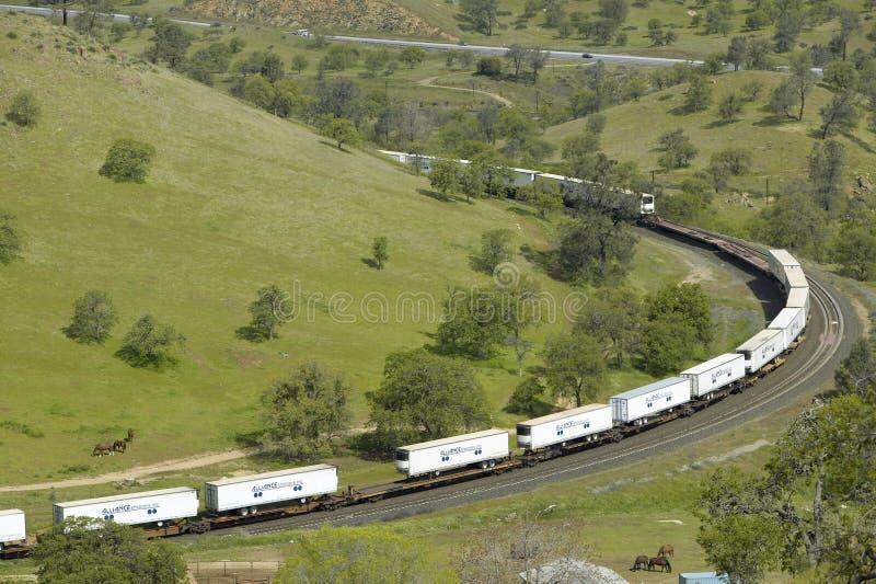 在Tehachapi加利福尼亚附近的Tehachapi火车圈是货车南太平洋铁路的历史的地点 免版税图库摄影