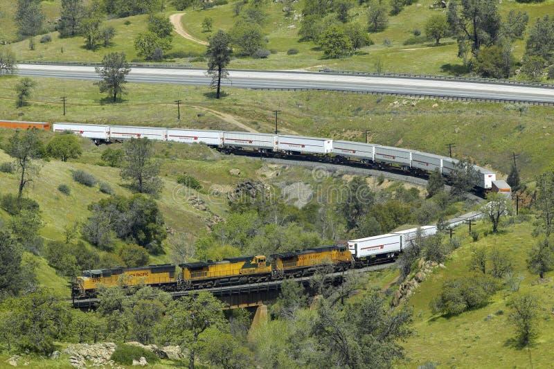在Tehachapi加利福尼亚附近的Tehachapi火车圈是货车南太平洋铁路的历史的地点 库存照片