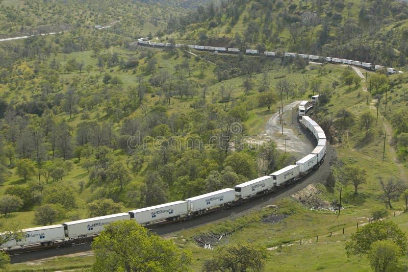 在Tehachapi加利福尼亚附近的Tehachapi火车圈是货车南太平洋铁路的历史的地点 免版税库存照片