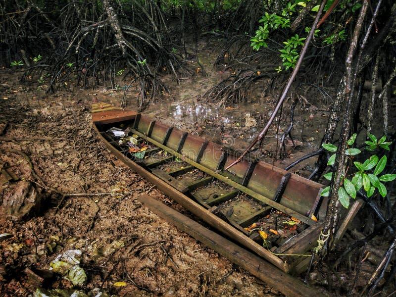 在Teluk放弃的一条腐烂的木小船巴渝, Sungai Petani,吉打 图库摄影
