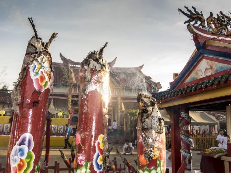 在Tempat Suci kiw Ong Ea寺庙, Trang,泰国/素食中国节日的灼烧的香火 库存图片