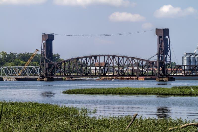 在Tennesse河迪凯特阿拉巴马的吊桥 免版税库存照片