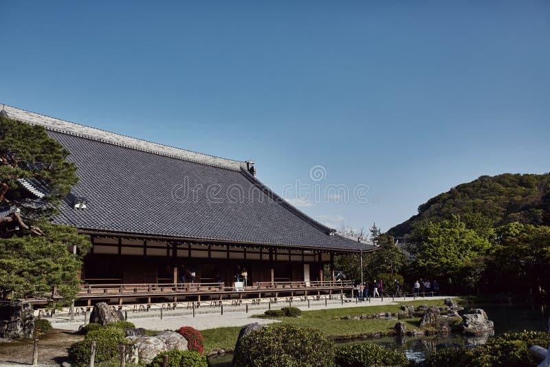 在Tenryuji寺庙的清楚的天空蔚蓝 库存图片