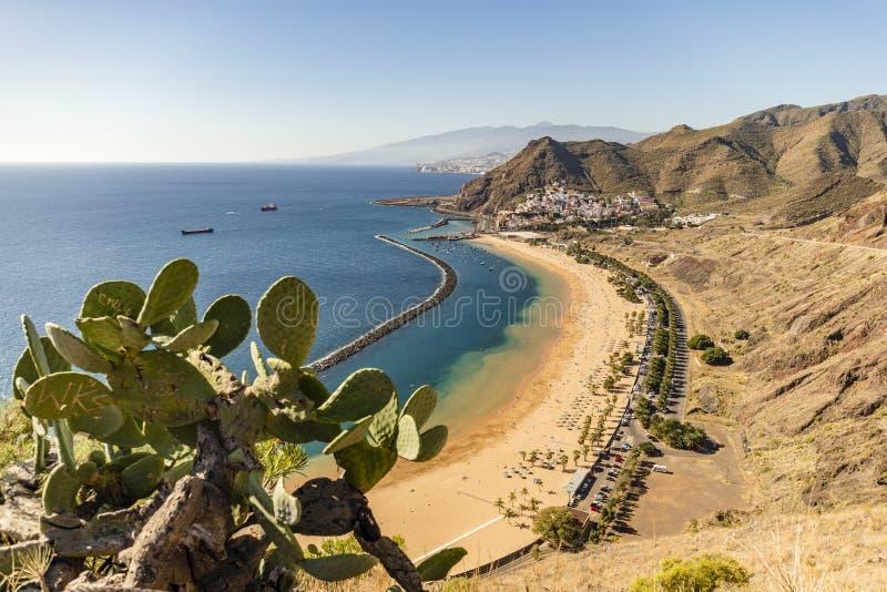 在Teresitas海滩的鸟瞰图在圣克鲁斯在加那利群岛,西班牙上的de特内里费岛附近 免版税库存照片