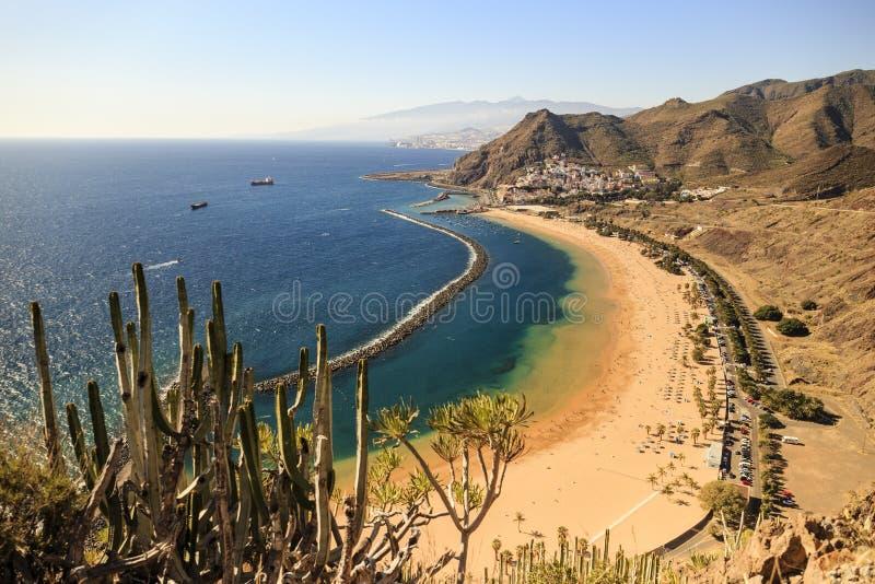 在Teresitas海滩的鸟瞰图在圣克鲁斯在加那利群岛,西班牙上的de特内里费岛附近 库存照片