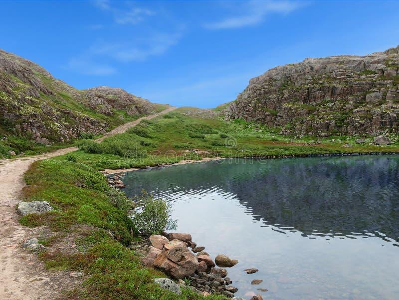 在Teriberka附近村庄的湖  免版税图库摄影