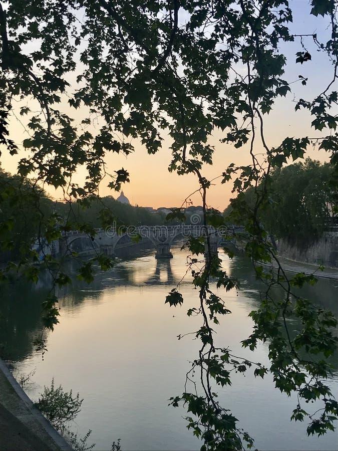 在Tevere河的第一日落 免版税图库摄影