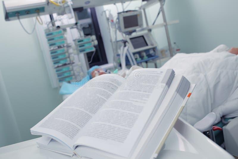 在tha患者的病区打开书 图库摄影