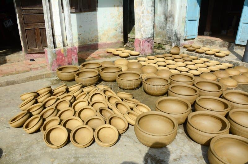 在Thanh Ha村庄的干燥瓦器在会安市,越南 库存照片
