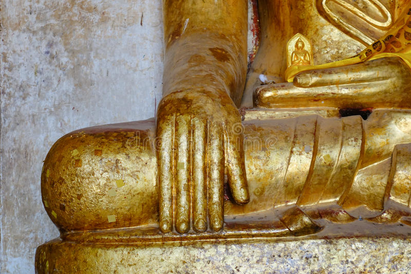 在Thatbyinnyu寺庙的金黄菩萨雕象在Bagan,缅甸 免版税图库摄影