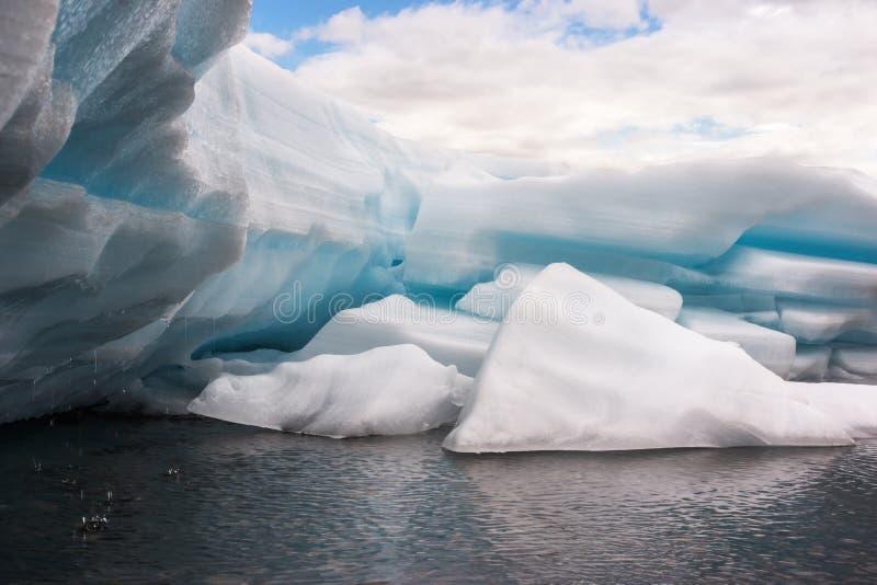 在The Creek的熔化的冰 免版税库存照片