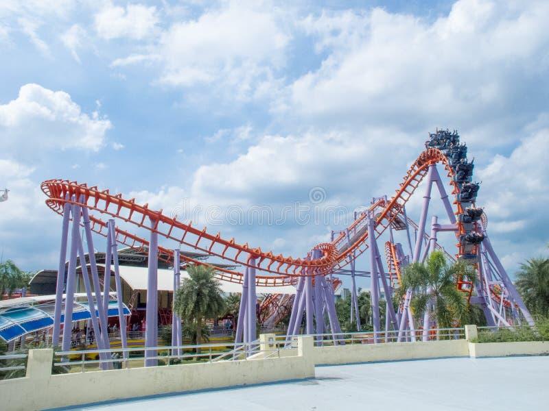 在themepark的过山车与美丽的天空 免版税库存照片