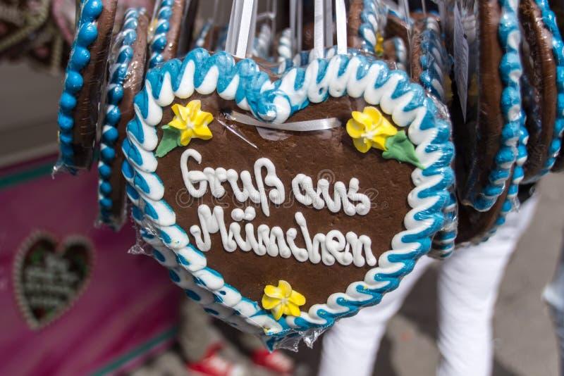 在Theresienwiese的姜饼心脏在慕尼黑,德国, 2015年 库存照片
