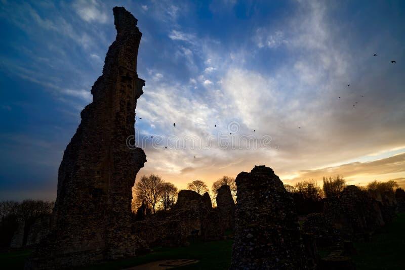 在Thetford小修道院的日落有乌鸦的 库存图片