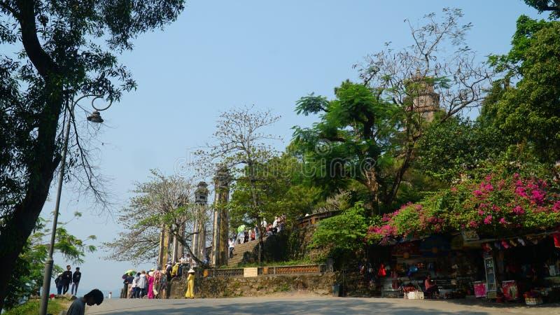 在Thien Mu在颜色的塔门前面,越南 库存图片