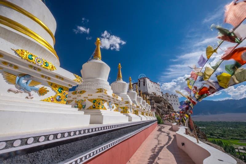 在Thikse修道院的Stupas在小山顶部在Leh东部的Thiksey村庄位于拉达克,印度 免版税库存照片