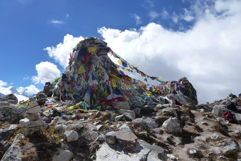 在Thokla的上面的祷告旗子通过,珠穆琅玛营地艰苦跋涉,尼泊尔 免版税库存照片