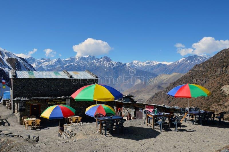 在Thorong La通行证下的一茶馆,在安纳布尔纳峰电路,尼泊尔 2014年11月03rd日 使用五颜六色的伞外部与 免版税库存图片