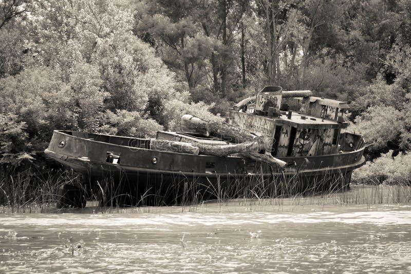 在Tigre河三角洲的老小船 黄昏的马德罗港 免版税库存照片