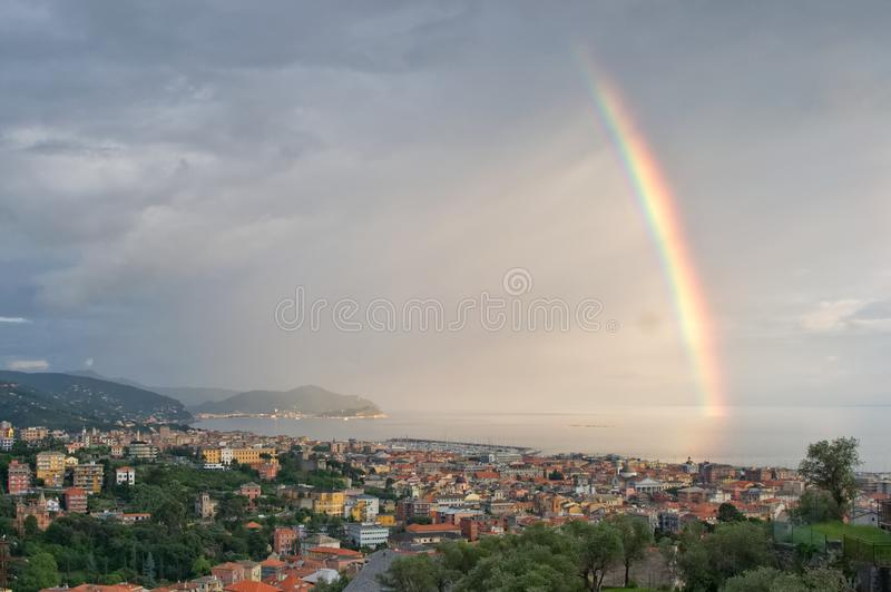 在Tigullio -利古里亚海基亚瓦里-意大利海湾的彩虹  免版税库存照片