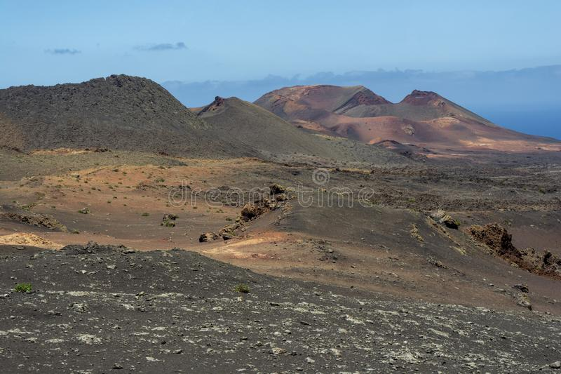 在Timanfaya国立公园,兰萨罗特岛,加那利群岛一个火山的风景的令人惊讶的火山口  免版税库存照片