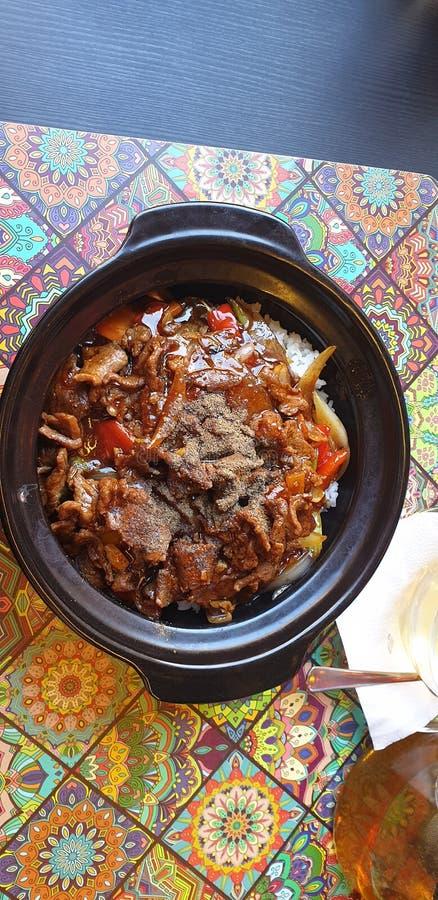 在timisoara罗马尼亚的泰国食物在河内小餐馆-牛肉和胡椒用米 免版税库存照片