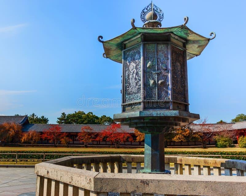 在Todaiji寺庙前面的古铜色灯笼在奈良 免版税库存图片