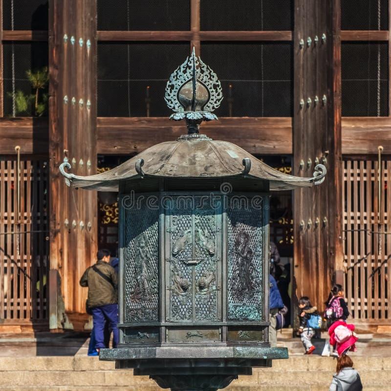 在Todaiji寺庙前面的古铜色灯笼 库存照片