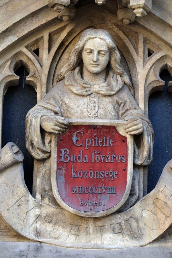 在Toldy费伦茨高中的入口的天使雕象在布达佩斯 免版税库存图片