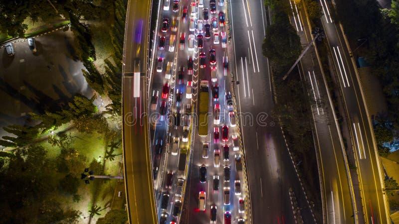 在tollway的忙碌交通在晚上 免版税库存图片