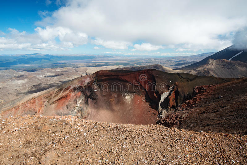 在Tongariro高山横穿轨道,新西兰的红色火山口 免版税库存照片