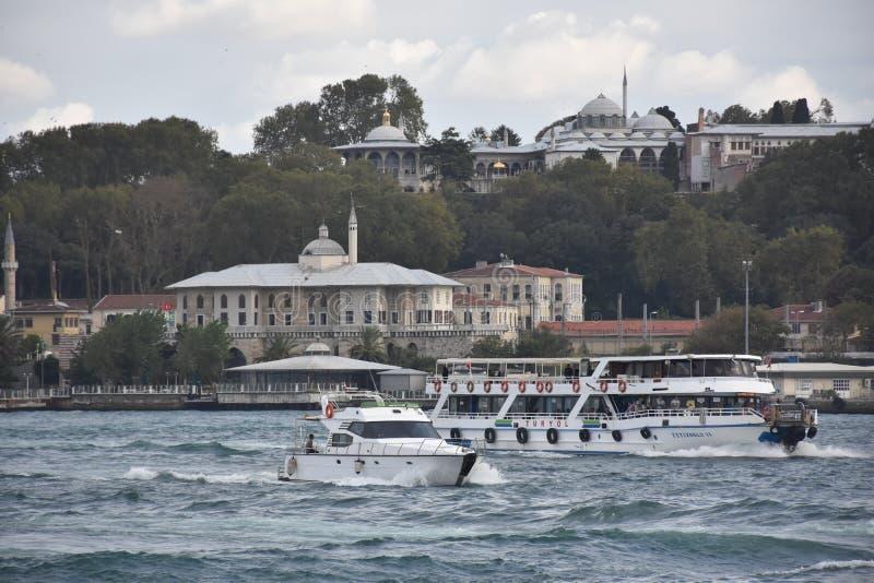 在Topkapi宫殿前面的游艇通行证在伊斯坦布尔 图库摄影