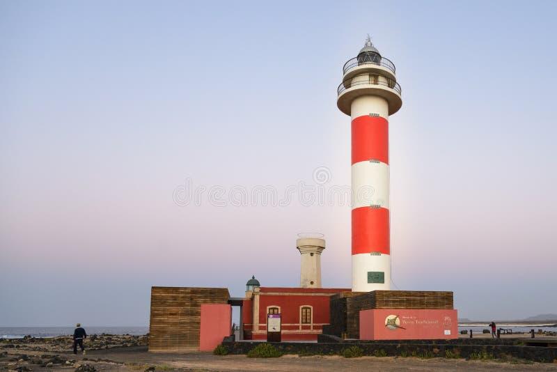 在Tostà ³ n的灯塔的日落在El Cotillo,费埃特文图拉岛,加那利群岛,西班牙 免版税库存照片